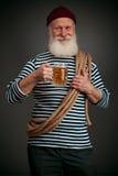 Isolerad stilig sjöman Sjöman med öl Arkivfoto