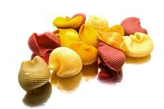 Isolerad stor färgrik pasta Royaltyfri Foto