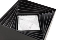 Isolerad svart öppen spiral gåva för vit ask Arkivfoto