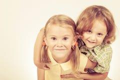 isolerad systerwhite för bakgrund broder Arkivfoto