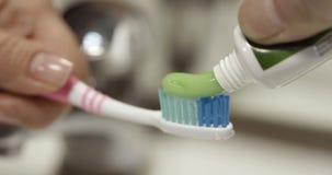 Isolerad tandkrämtandborste stock video