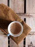 isolerad teawhite för bakgrund kopp royaltyfri bild