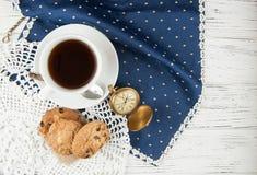 isolerad teawhite för bakgrund kopp kakor och klocka på en trävit texturerad tabell, vin Fotografering för Bildbyråer