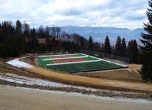 Isolerad tennisbana in i bergen Arkivbilder