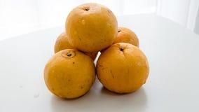 Isolerad thailändsk orange frukt Arkivbild