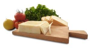 Isolerad tomat, citron, grönsallat, bröd och ost Arkivbild