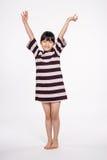 Isolerad tonårs- asiatisk fors för stående för flickabarnstudio - Arkivfoton