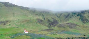 Isolerad träkyrka med det röda taket - Island arkivbild