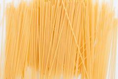 Isolerad uncoked spagetti Royaltyfri Bild