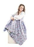 Isolerad ung härlig kvinna i långt medeltida klänningsammanträde Arkivbilder