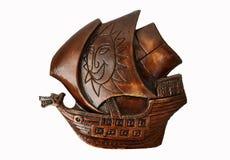 Isolerad väggskulptur av ett gammalt piratkopierar skeppet royaltyfri fotografi