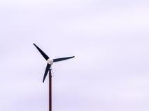 Isolerad vindturbin för tre blad Arkivbilder