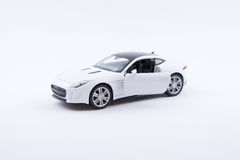Isolerad vit lyxig bilmodell på en vit bakgrund Arkivfoto