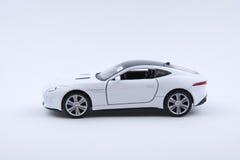 Isolerad vit lyxig bilmodell på en vit bakgrund Arkivbild