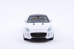 Isolerad vit lyxig bilmodell på en vit bakgrund Arkivfoton