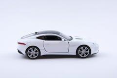 Isolerad vit lyxig bilmodell på en vit bakgrund Royaltyfria Bilder
