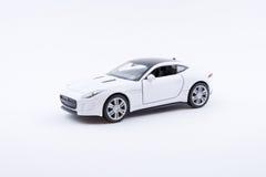 Isolerad vit lyxig bilmodell på en vit bakgrund Royaltyfri Foto
