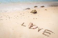 Isolerad vit sandstrand på den tropiska ön Fotografering för Bildbyråer
