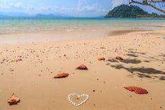 Isolerad vit sandstrand på den tropiska ön Arkivbild