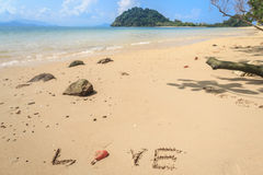 Isolerad vit sandstrand på den tropiska ön Royaltyfri Foto