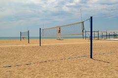 isolerad volleybollwhite f?r bakgrund strand Volleybolldomstol p? stranden royaltyfria foton