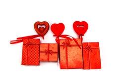 isolerad white för ask gåva begreppshjärta över rose valentinwhite för red Arkivbilder