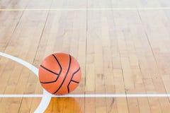 isolerad white för bakgrundsboll basket Royaltyfria Bilder