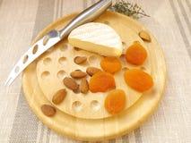 isolerad white för bakgrundsbräde ost Royaltyfria Bilder