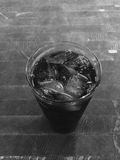 isolerad white för bakgrundscola glass is Arkivbild