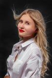isolerad white för bakgrundsflygflicka hår Arkivfoton