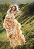 isolerad white för bakgrundsflygflicka hår royaltyfri fotografi