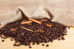isolerad white för bakgrundspåsebönor kaffe Royaltyfria Foton
