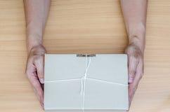 isolerad white för begrepp leverans Hållande packe för hand Arkivfoton