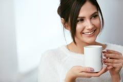 isolerad white för kaffe drink Härlig kvinnlig innehavkopp med den varma drinken Fotografering för Bildbyråer