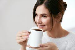 isolerad white för kaffe drink Härlig kvinnlig innehavkopp med den varma drinken Royaltyfri Bild