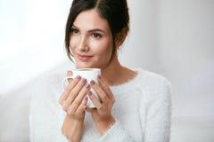 isolerad white för kaffe drink Härlig kvinnlig innehavkopp med den varma drinken Royaltyfri Fotografi