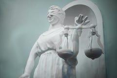 isolerad white för rättvisasilhouettestaty Staty som göras av murbruk arkivfoto