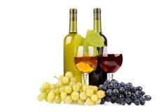 Isolerad wine buteljerar med exponeringsglas- och gräsplandruvor royaltyfri bild