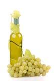 Isolerad wine buteljerar med gröna druvor royaltyfri bild