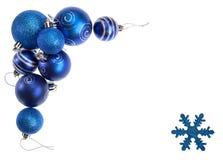 Isolerade blå julbollar och snöflinga som bildar gränsen av en dekorativ ram Royaltyfri Foto