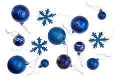 Isolerade blåa julstruntsaker i olika format och designer Royaltyfri Fotografi