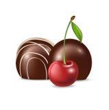 Isolerade chokladgodis och körsbärsröd frukt Royaltyfria Bilder