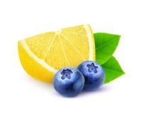 Isolerade citron och blåbär royaltyfri foto