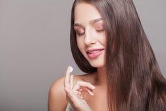 isolerade den ansikts- injektionen för den härliga BOTOX®-omsorgsframsidan s-whitekvinnan Stående av den sexiga unga kvinnan med  royaltyfri foto