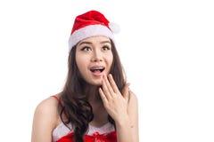 Isolerade den asiatiska modellen Girl för förvånad skönhet i Santa Hat på vit Royaltyfri Fotografi