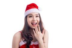 Isolerade den asiatiska modellen Girl för förvånad skönhet i Santa Hat på vit Royaltyfri Bild