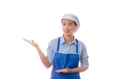 isolerade den caucasian kockkocken för asiatisk bakgrund den model mångkulturella presenterande visande vita kvinnan Kvinnakock,  royaltyfri fotografi