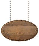 Isolerade den wood skylten för tappning för restaurangen som hänger på kedjor, illustrationen 3d Arkivfoton