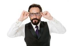 Isolerade det skäggiga kläderglasögon för man vitt Affärsmanläraren justerar glasögon Tagandeblickbegrepp total för analysaffärse arkivfoton