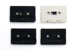 Isolerade det vita och svarta kassettbandet för tappning vit bakgrund Royaltyfri Fotografi